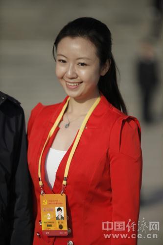 十八大花絮:美女记者爱红装组图