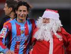 足球场洋溢圣诞气氛 曼联日本女球迷抢眼