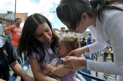 A girl is vaccinated in Bogota, capital of Colombia, Jan. 30, 2010. The vaccination operation in Bogota is said to be the most successful in Latin American countries, as over 96 percent of the children here were vaccinated for free. (Xinhua/Huang Yongxian)