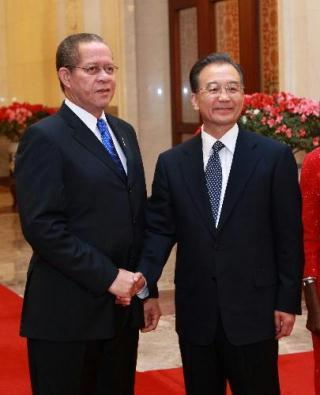 Chinese Premier Wen Jiabao (R) shakes hands with Jamaican Prime Minister Bruce Golding at the Great Hall of the People in Beijing, capital of China, Feb. 3, 2010. (Xinhua/Pang Xinglei)