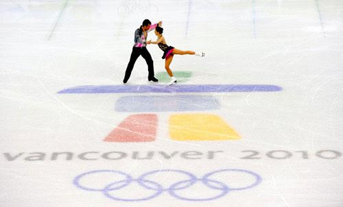 China's Shen Xue (R) /Zhao Hongbo perform in the pairs short program of figure skating at the 2010 Winter Olympic Games in Vancouver, Canada, on Feb. 14, 2010. (Xinhua/Yang Lei)