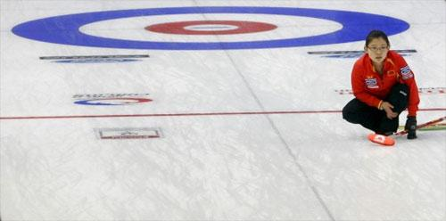 Wang Bingyu of the Chinese women's curling team competes during the third round match against Scotland in the World Women's Curling Championships in Swift Current, Saskatchewan, Canada, March 21, 2010. China lost 4-14. [Photo: Xinhua]
