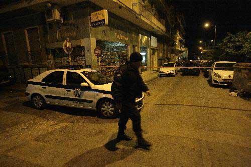 PolicecordonofftheexplosionsiteincentralAthens,capitalofGreece,March28,2010.(Xinhua/MariosLolos)