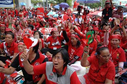 Red-shirtsupportersgatherinthebusinessareaofBangkok,capitalofThailand,April5,2010,demandingtheincumbentpremierdissolvetheHousewithin15days.(Xinhua/ThanaNuntavoranut)