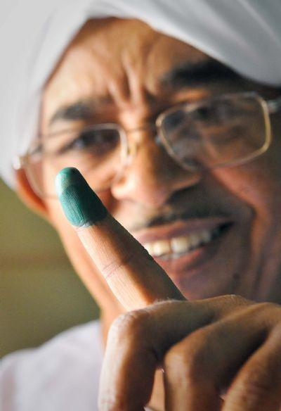 A Sudanese displays his inked finger at a polling station in Khartoum, capital of Sudan, April 11, 2010. Voting process started in Sudan on Sunday where the Sudanese people began casting their votes to select their representative for the presidency, state governors and legislative council in first multi-party elections in the country in more than 24 years. (Xinhua/Zhang Ning)