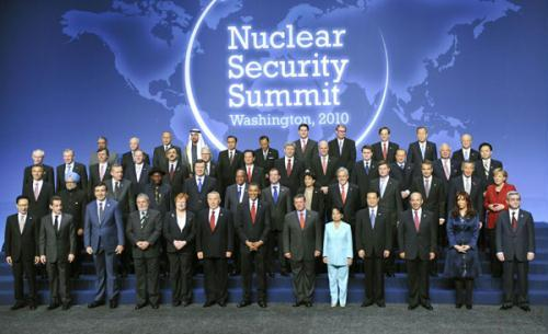 ChinesePresidentHuJintao(4thR,front)posesforagroupphotowithotherworldleadersduringtheNuclearSecuritySummitattheWashingtonConventionCenterinWashington,April13,2010.(Xinhua/LiXueren)