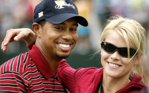 .S. golfer Tiger Woods gets a hug from his wife Elin Nordegren on the 18th green at the Presidents Cup in Gainesville, Virginia, in this September 24, 2005 file photo. (Xinhua/Reuters File Photo)