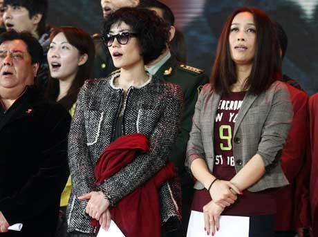 FayeWongandNaYing(front)performalongwithothercelebritiesduringatelevisedfundraiserheldbyChinaCentralTelevisiononApril20,2010.[Photo:yule.sohu.com]