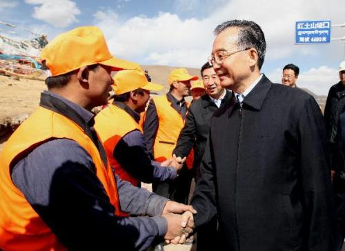 Chinese Premier Wen Jiabao(R front) shakes hands with a road maintenance worker in quake-hit Tibetan Autonomous Prefecture of Yushu, northwest China's Qinghai Province, May 1, 2010. (Xinhua/Yao Dawei)