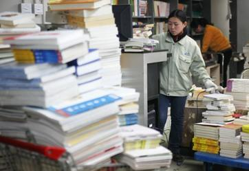 Workers at the Disanji Bookstore, the once biggest private book seller in Beijing, pack up books before it closes its operation. Disanji went bankruptcy in January due to insolvency and bad management. [Wang Jing / China Daily]