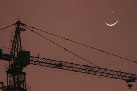 Photo taken on May 16, 2010 shows a crescent moon below planet Venus in sky observed in Qionghai City, south China's Hainan Province. The astronomical phenomenon could be observed in some parts of China as Moon appeared in alignment between the Earth and Venus. (Xinhua/Meng Zhongde)