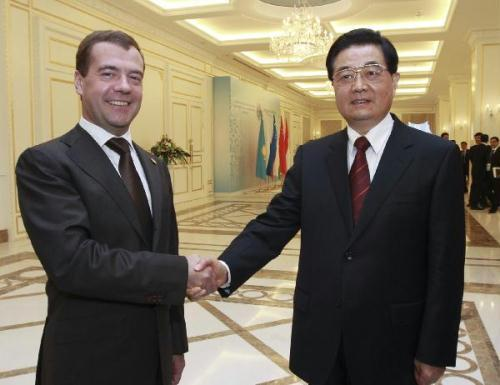 Chinese President Hu Jintao (R) meets with his Russian counterpart Dmitri Medvedev, in Tashkent, capital of Uzbekistan, on June 10, 2010.(Xinhua Photo)