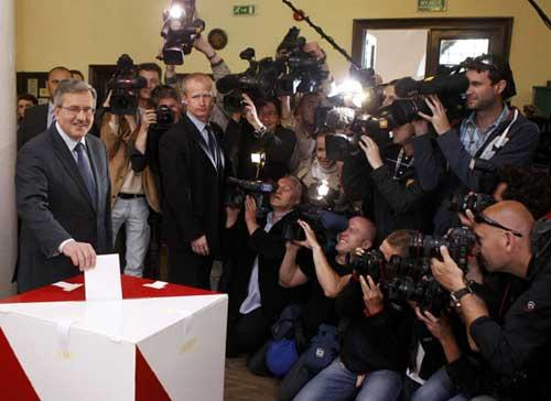 Poland's acting President Bronislaw Komorowski (L), speaker of the parliament and presidential candidate from Civic Platform Party (PO) casts his vote at a polling station in Warsaw during presidential elections June 20, 2010. (Xinhua/Reuters Photo)