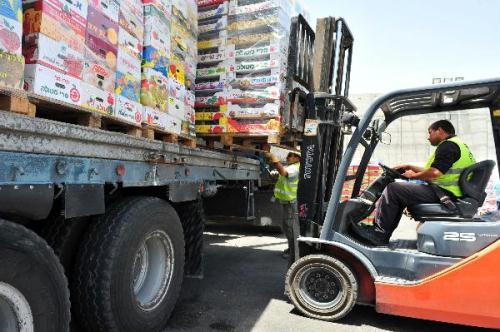 Israeli security personnel inspect goods at the Kerem Shalom Crossing terminal before it is transferred to Gaza Strip, south Israel, June 21, 2010. The Israeli government on Sunday announced the steps to loosen its blockade on the Gaza Strip.(Xinhua/Rafael Ben-Ari)