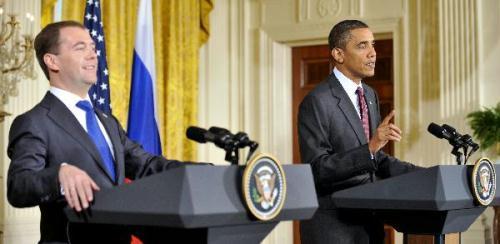 U.S.PresidentBarackObama(R)andhisvisitingRussianPresidentDmitryMedvedevattendajointpressconferenceaftertheirmeetingattheEastRoomoftheWhiteHouseinWashingtonD.C.,capitaloftheUnitedStates,June24,2010.(Xinhua/ZhangJun)