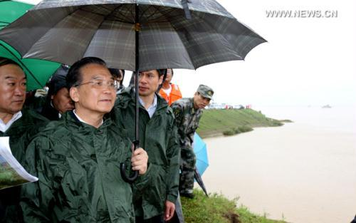 Chinese Premier Wen Jiabao (C) visits the dike at the Changkai section of the Fuhe River, in Fuzhou, east China's Jiangxi Province, June 24, 2010. Wen Jiabao Thursday visited flood-hit Fuzhou City in Jiangxi to inspect the fight against flood and disaster relief work.(Xinhua/Yao Dawei)