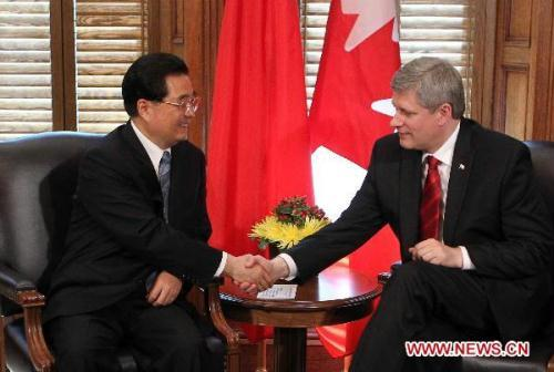 Visiting Chinese President Hu Jintao (L) holds talks with Canadian Prime Minister Stephen Harper in Ottawa, Canada, June 24, 2010.(Xinhua/Fan Rujun)