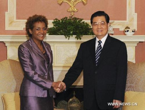 Visiting Chinese President Hu Jintao (R) meets with Canadian Governor-General Michaelle Jean, in Ottawa, Canada, June 24, 2010.(Xinhua/Li Xueren)