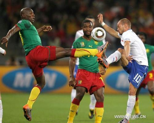Wesley Sneijder of Netherlands (R) vies with a player of Cameroon during their Group E last round match at 2010 FIFA World Cup at Green Point stadium in Cape Town, South Africa, on June 24, 2010. (Xinhua/Xing Guangli)
