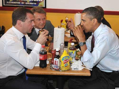 U.S. President Barack Obama and Russian President Dmitry Medvedev enjoy their lunch at Ray's Hell Burger in Arlington, northern Virginia, Thursday.(Photo: CRI Online)