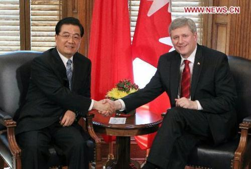 Visiting Chinese President Hu Jintao(L) shakes hands with Canadian Prime Minister Stephen Harper as they hold talks in Ottawa,Canada,June 24,2010.(Xinhua/Fan Rujun)