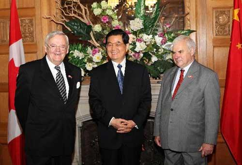 Chinese President Hu Jintao (C) meets with Canadian Senate Speaker Noel A. Kinsella (L) and Speaker of the House of Commons Peter Milliken in Ottawa June 25, 2010. (Xinhua/Ma Zhancheng)