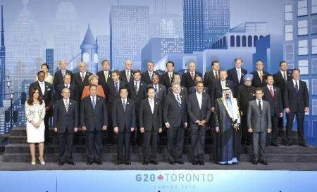 Chinese President Hu Jintao (4th L Front) poses for a group photo with other participants of the fourth summit of the Group of 20 (G20) in Toronto, Canada, June 27, 2010. (Xinhua/Li Xueren)