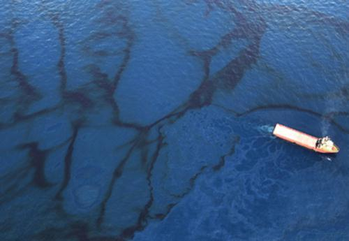 A supply vessel passes through oil floating near the site of the Deepwater Horizon oil spill in the Gulf of Mexico off Louisiana on May 31. (Photo Source: chinanews.com)
