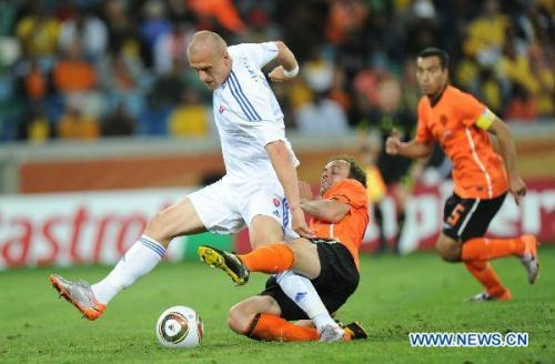 Martin Jakubko (L) of Slovakia is defended during the 2010 World Cup round of 16 soccer match against the Netherlands at Moses Mabhida stadium in Durban, South Africa, on June 28, 2010. Netherlands won 2-1 and is qualified for the quarterfinals. (Xinhua/Chen Haitong)