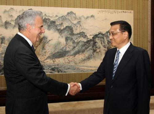 Chinese Vice Premier Li Keqiang(R)meets with Michel Kazatchkine,executive director of the Global Fund to Fight AIDS,Tuberculosis and Malaria in Beijing g,China,on June 29,2010.(Xinhua/Lan Hongguang)