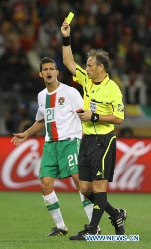 RicardoCosta(R)ofPortugalishandedtheyellowcardduringthe2010WorldCuproundof16soccermatchbetweenSpainandPortugalatGreenPointstadiuminCapeTown,SouthAfrica,onJune29,2010.Spainwon1-0andqualifiedforthequarterfinals.(Xinhua/XingGuangli)