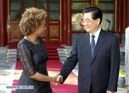 ChinesePresidentHuJintao(R)meetswithCanadianGovernor-GeneralMichaelleJeaninBeijing,capitalofChina,onJuly5,2010.(Xinhua/FanRujun)