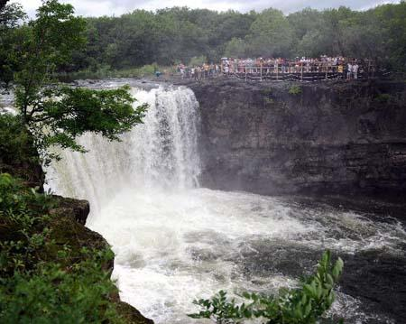 The Diaoshuilou waterfall is seen at Jingbo Lake in Mudanjiang City, northeast China's Heilongjiang Province, July 2, 2010. The waterfall here is fuller than usual this summer due to the frequent rainfall and snowfall in last winter and this spring. [Xinhua photo]
