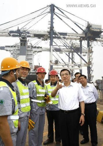 Chinese Vice Premier Li Keqiang (R, front) talks with workers at Yantai Harbor in Yantai, east China's Shandong Province, July 10, 2010. Li made an inspection tour in Shandong from July 8 to 10.(Xinhua/Liu Jiansheng)