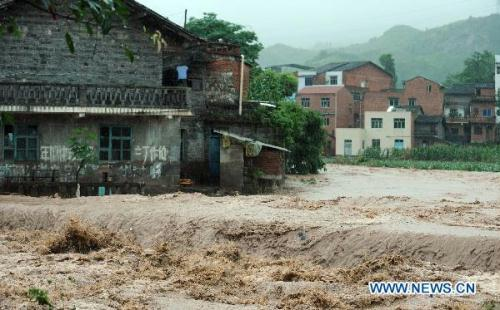 Photo taken on July 10, 2010 shows the flood in Fenshui Town, Wanzhou District of Chongqing, southwest China. The rainstorm hit here again one day after it triggered landslides and flood on Friday.(Xinhua/Zhou Hengyi)