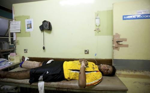 AnunidentifiedU.S.citizeninjuredduringanexplosionliesonastretcheratMulagoHospitalinUganda'scapitalKampalaJuly11,2010.(Xinhua/ReutersPhoto)