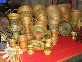竹编工艺品种类繁多,造型古朴,美观实用,上好的工艺品,内施朱,外漆金