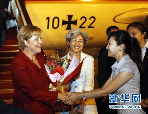 Photo:GermanChancellorAngelaMerkel(L)arrivedinBeijingThursdaynight,startingafour-dayofficialvisittoChina.Thisisher4thtimeChinavisitsinceshetookoffice.(Xinhua)