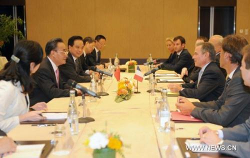 WuBangguo,chairmanoftheStandingCommitteeofChina'sNationalPeople'sCongress(NPC),meetswithBernardAccoyer,speakerofFrenchNationalAssemblyinGeneva,Switzerland,July19,2010.(Xinhua/YuYang)