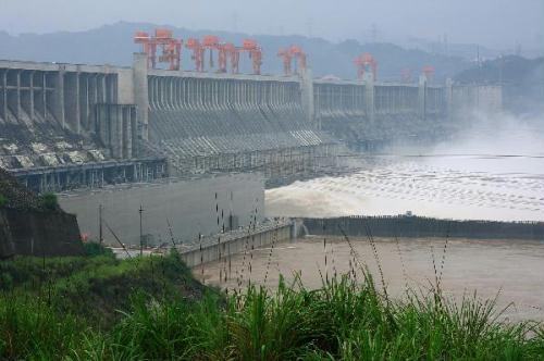Floodwatersaresluicedwiththewateroutfluxmonitoredat40,000cubicmeterspersecondatThreeGorgesDaminYichang,centralChina'sHubeiProvince,July20,2010.China'sThreeGorgesDamprojectontheYangtzeRiverstooditsbiggestflood-controltestat8a.m.Tuesdaysincecompletion,astheflowontheriver'supperreachestopped70,000cubicmetersasecond.AllferryserviceswerehaltedattheThreeGorgesDamonMonday,andwouldberesumedaftertheinfluxdecreasedto45,000cubicmeterspersecond.(Xinhua/XiaLin)