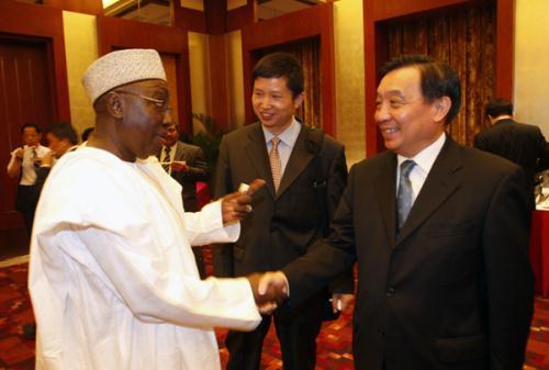 WangChen(right),ministerofChina'sStateCouncilInformationOffice,shakeshandswithSamuelOladosu,aninformationandmediaofficialfromNigeria,atareceptiontowelcomeparticipantsfromdevelopingcountriesattendingamediaworkshopinBeijingonTuesday.(Photo:ChinaDaily)