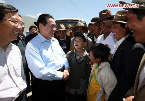 Zhou Yongkang (2nd L), a member of the Standing Committee of the Political Bureau of the Central Committee of the Communist Party of China, talks with local people of Tibetan ethnic group during his visit to quake-hit Yushu in northwest China's Qinghai Province, July 20, 2010. Zhou made an inspection to Qinghai Province from July 19 to 21. (Xinhua/Yao Dawei)
