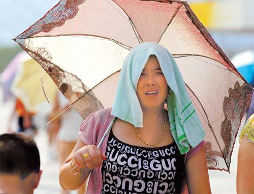 High temperatures in the city in recent days has led many residents to look for ways to cool down.[China Daily]