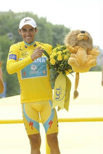 Astana team rider and leader's yellow jersey Alberto Contador of Spain celebrates his overall victory on the podium in Paris after the final 20th stage of the 97th Tour de France cycling race between Longjumeau and Paris July 25, 2010. Contador won the Tour de France for the third time on Sunday. (Xinhua/Reuters Photo)