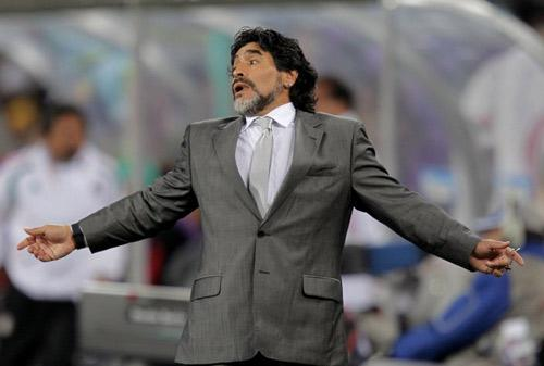 Argentina's coach Diego Maradona reacts during their 2010 World Cup second round soccer match against Mexico at Soccer City stadium in Johannesburg in this June 27, 2010 file photo. Maradona has been sacked as Argentina coach following a unanimous vote by the country's Football Association (AFA) board not to renew his contract, an AFA spokesman said on July 27, 2010. Picture taken June 27, 2010. [Photo/Agencies]