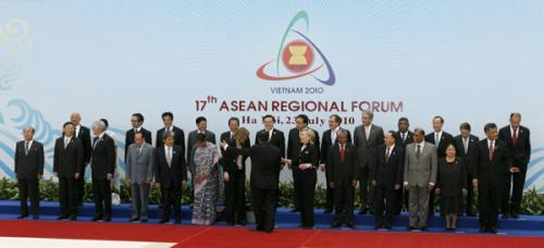 Vietnam's Foreign Minister Pham Gia Khiem (C) invites Foreign Ministers and head of delegations from ASEAN and their partners countries to the meeting room after posing for a group photo before the opening of the ASEAN Regional Forum (ARF) in Hanoi July 23, 2010. (Xinhua/Reuters File Photo)