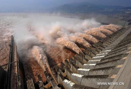 WatersluicedownatThreeGorgesDam,centralChina'sHubeiProvince,July28,2010.(Xinhua/ChengMin)