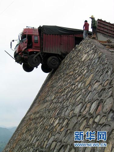 This terrifying scene happened on the Yuping-Tongren Highway in SW China on July 25th. An overloaded truck carrying 10 tons of coal met a brake failure while descending from a steep lime slope on the way to Hunan province. It rushed across the nearby emergency track, hit several sandpiles, smashed the fender wall and eventually stopped, with 1/3 left on the roadbed.(Xinhua Photos)