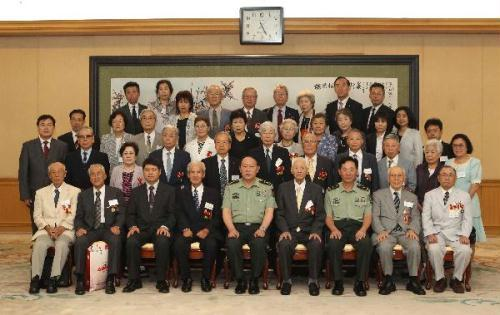 Chinese Defence Minister Liang Guanglie (5th L, Front) poses for a group photo with members of a delegation of Japanese veterans who once fought along with Chinese soldiers during China's War of Resistance Against Japanese Aggression and the War of Liberation, in Beijing, capital of China, July 29, 2010. (Xinhua/Ma Zhancheng)