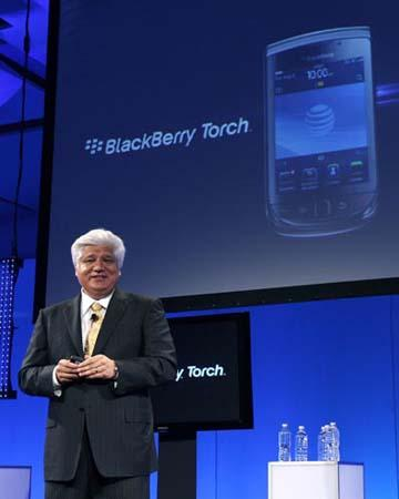Mike Lazaridis, founder and co-chief executive of Research In Motion (RIM), introduces the new BlackBerry Torch 9800 smartphone at a news conference in New York August 3, 2010.(Xinhua/Reuters Photo)